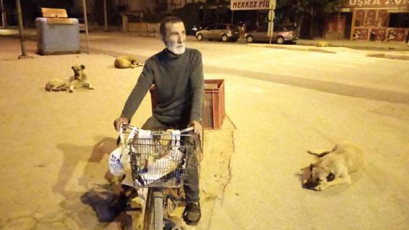 Gündüzleri hurda topluyor, geceleri ise sokak hayvanlarını besliyor