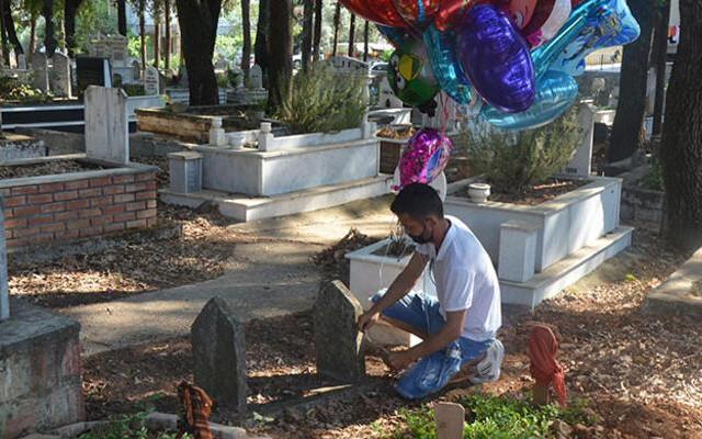 Yürek burkan olay! Balonları tek tek çocuk mezarlarına bağladı