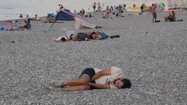 Sıcaktan bunalanlar sahilde sabahladı