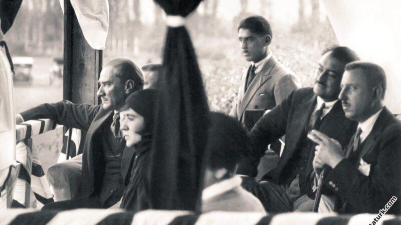 Bu fotoğraf Bursa'da çekildi! Atatürk'lü futbol maçı…