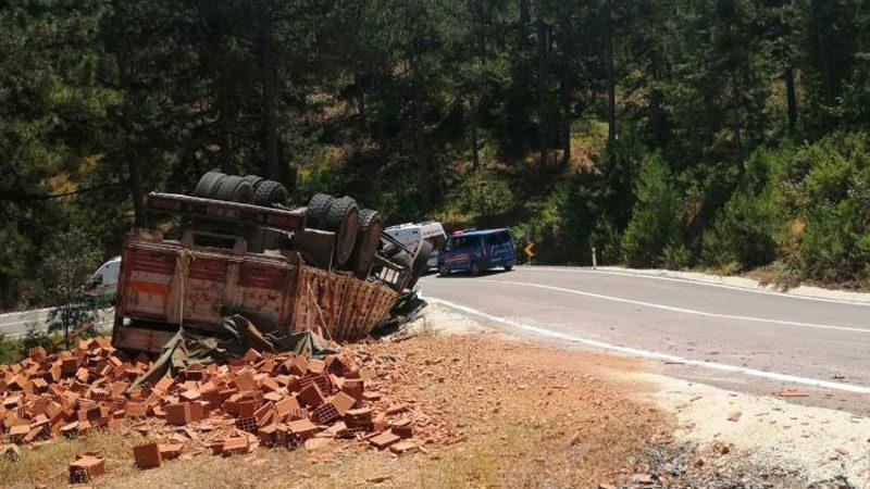 Bursa'da tuğla yüklü kamyon devrildi: 1'i ağır 4 yaralı