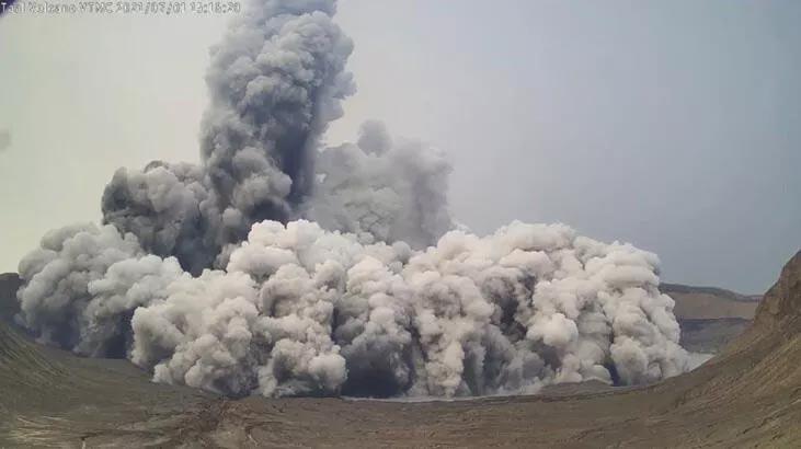 Yanardağın dumanları 2,5 kilometreye yükseldi