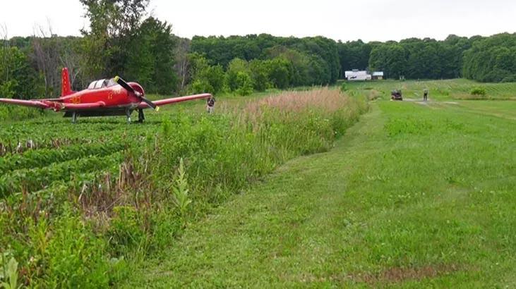 Çim biçerken uçak çarptı!