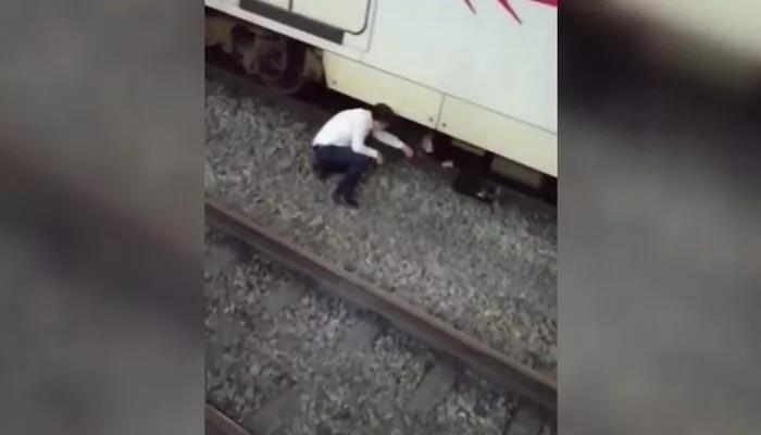 Metroda dehşet anları! Raylara atladı, kurtarmak isteyen kişi son anda kurtuldu
