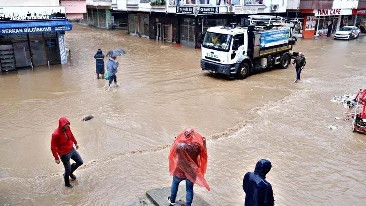 Beklenen şiddetli yağış geldi, sokaklar yine göle döndü