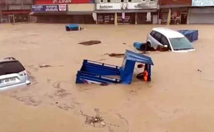 Zonguldak'ta sel! Çok sayıda dükkan ve araç sular altında kaldı