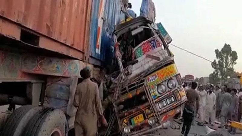 Otobüs ile kamyon çarpıştı: 33 ölü, 60 yaralı