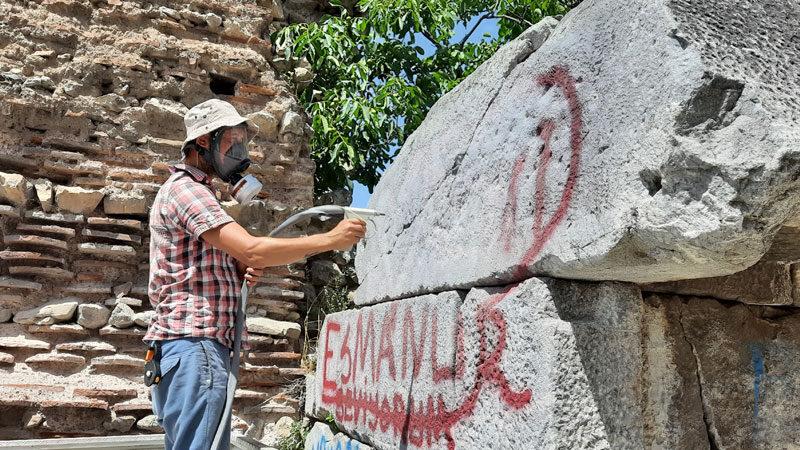 İznik'in tarihi surlarındaki yazılar siliniyor