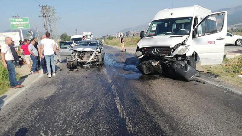 Bursa'da servis minibüsü ile otomobil çarpıştı