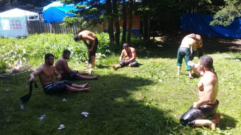 Çayırlarda yer bulamayan güreşçiler yeşil sahalara indi