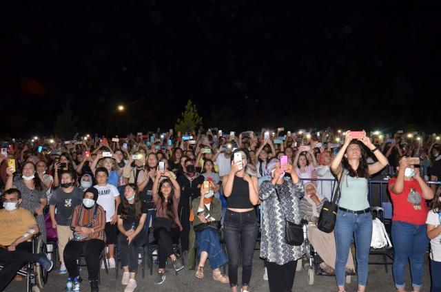 Cem Adrian coşkusu! On binlerce kişi konsere akın etti