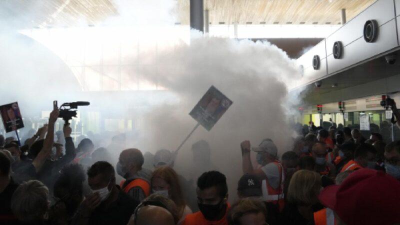 Fransa'da havalimanı çalışanları terminal kapattı