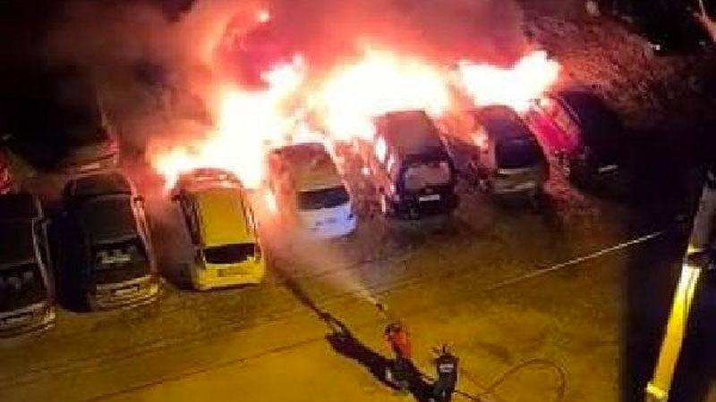 Otoparkta yangın: 12 araç kül oldu