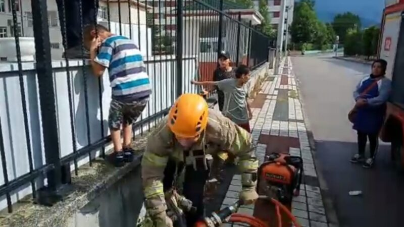 Bursa'da okulun korkuluklarına sıkışan çocuğu itfaiye böyle kurtardı
