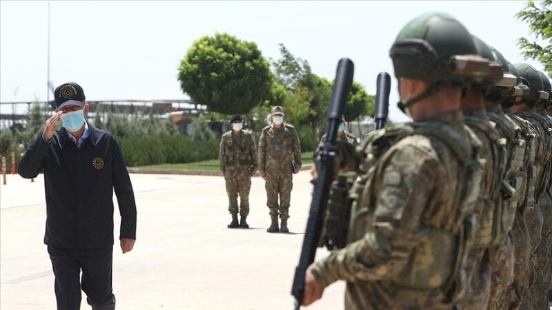 Bakan Akar ve kuvvet komutanları sınır hattında