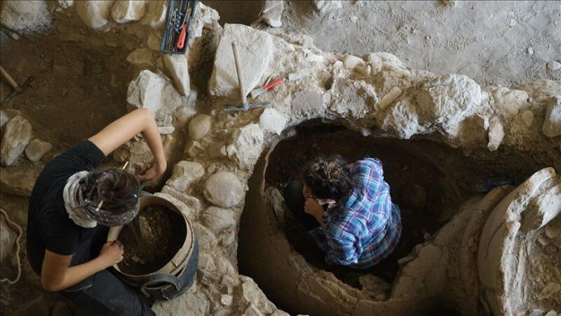 2 bin 400 yıllık pitos mezar bulundu