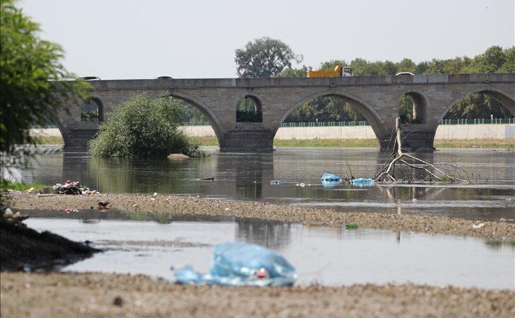 Nehrin debisi düşünce atılan çöpler ortaya çıktı
