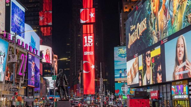 Times Meydanı'nda dev ekrana Türk bayrağı yansıtıldı