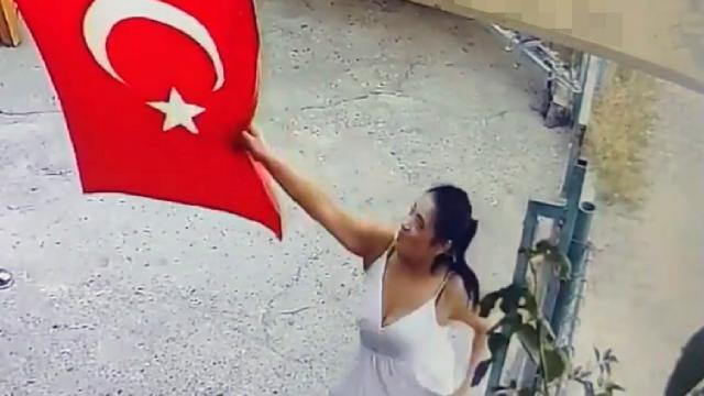 Türk bayrağını çöpe atmıştı! Flaş gelişme