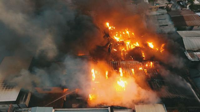 Fabrika yangını 5 tesise daha sıçradı