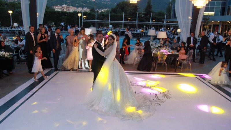 Görkemli düğünle yaşamlarını birleştirdiler