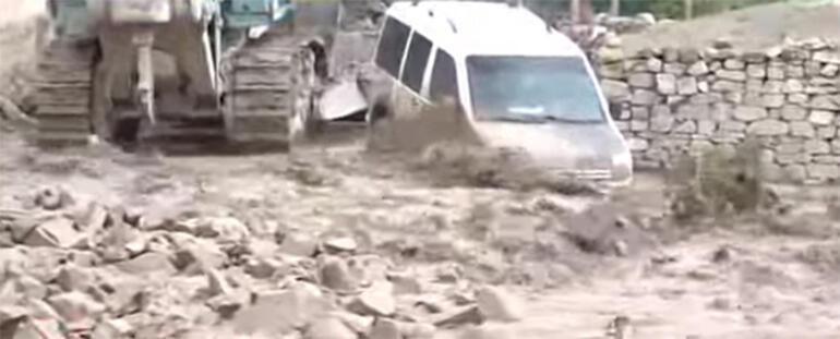 Dereler taştı, evler boşaltıldı! Van'ın Başkale ilçesini sel vurdu