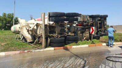 Bursa'da beton mikseri devrildi, sürücü ölümden döndü