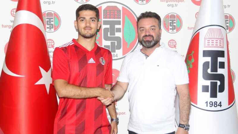 Turgutluspor'a kiralanan Bursaspor'un genç futbolcusu imzayı attı