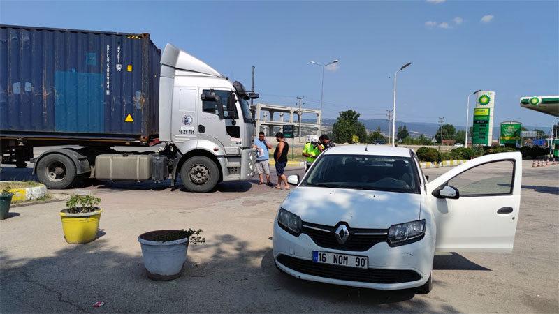 Bursa'da TIR otomobile çarptı
