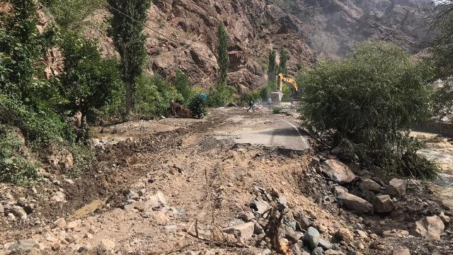 Şiddetli yağış heyelana neden oldu! 14 yol ulaşıma kapandı