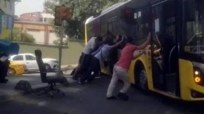 Askıda kalan otobüsü yolcular kurtardı