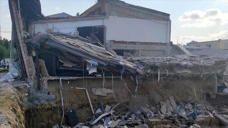 Sanayi sitesinde bina çöktü