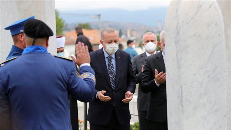 Cumhurbaşkanı Erdoğan'dan Aliya İzzetbegoviç'in kabrine ziyaret