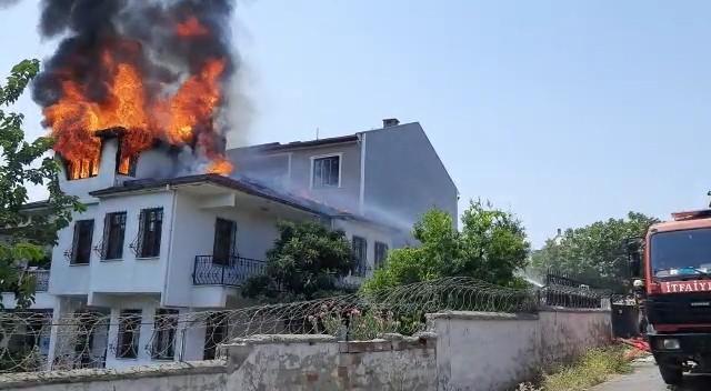 Bursa'da yemek molası verdiği esnada, tamir ettiği çatısı yandı