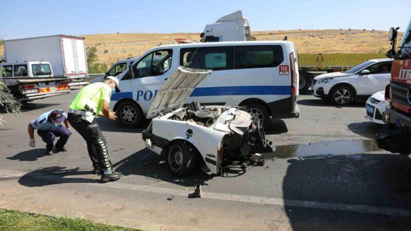 Feci kaza! Direğe çarpan otomobil ikiye bölündü: Ölü ve yaralılar var