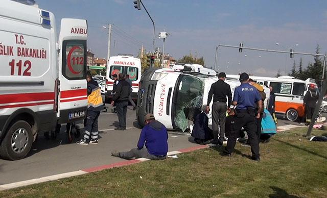 Yolcu minibüsüyle çarpışan ambulans devrildi: 10 yaralı