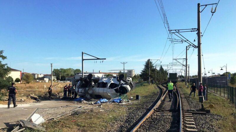 Tren yolunda facia…. 6 kişi öldü, 7 kişi de yaralandı