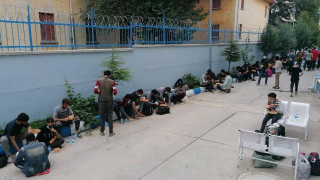 Durdurulan TIR'dan 69 düzensiz göçmen çıktı