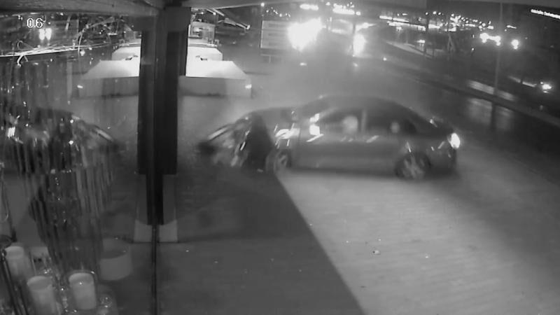 Kontrolden çıkan otomobil avize dükkanına girdi
