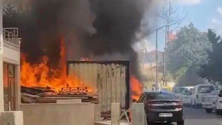 Konternerde yangın çıktı! Alevler 2 otomobili hurdaya çevirdi