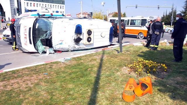 Ambulansla dolmuş çarpıştı: 10 yaralı