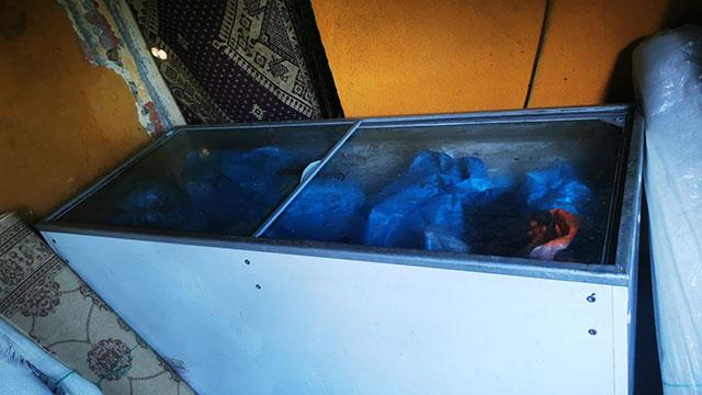 Halı yıkamacıda kıyma çekerken yakalandılar