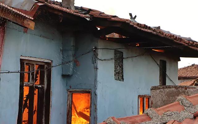 Manisa'da korkutan yangın! 2 tarihi ev küle döndü