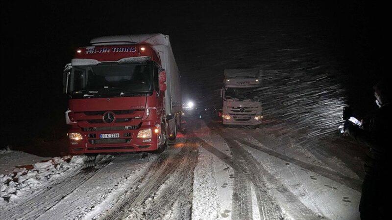 Bir anda bastırdı! Kar yolları kapadı