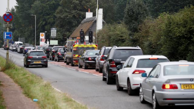 İngiltere'de benzin krizi: Fazla benzin almayın