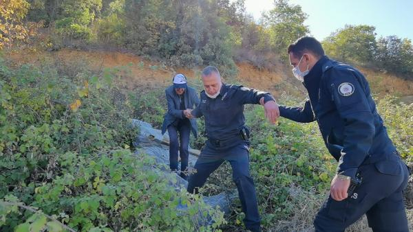 Bursa'da yamaçtan düştüğü yerde mahsur kalan engelliyi polis kurtardı