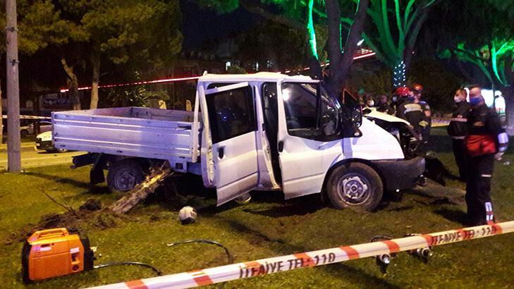 Önce ağaca sonra elektrik direğine çarptı! 2 kişi hayatını kaybetti