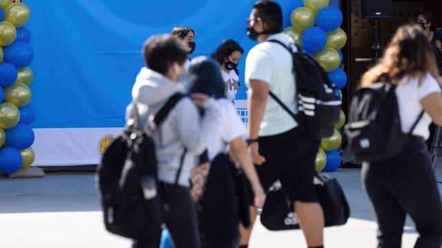 ABD'de çocukları koronavirüs olan aileler okulu dava etti