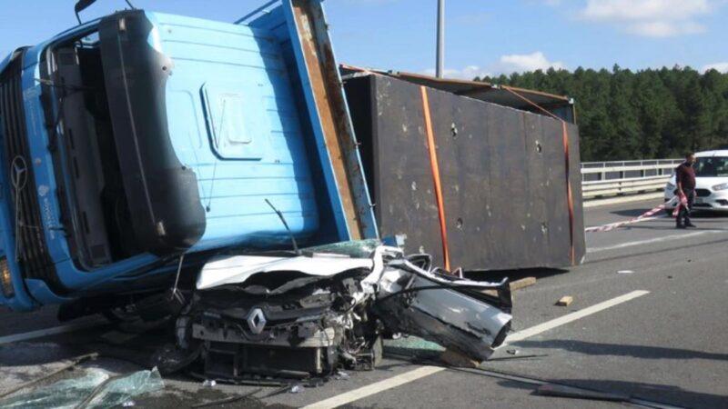 Korkunç kaza! Beton blok yüklü tır, otomobili kağıt gibi ezdi