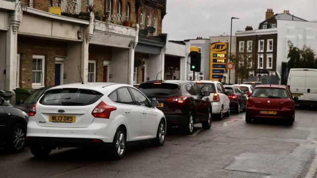 İngiltere'nin bazı bölgelerinde yakıt sıkıntısı sürüyor